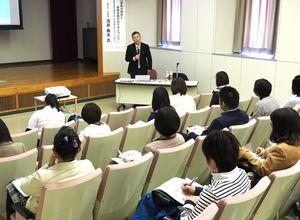 「子どもの貧困」をテーマに話す浅井春夫立教大学名誉教授(奥)=佐賀市のほほえみ館