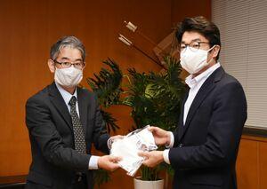 小松政市長(右)にマスクを手渡すKASHIYAMA―SAGAの山口耕二社長=武雄市役所