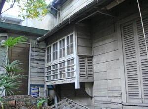 「少女読書」の背景に描かれている窓枠も現存する=東京都渋谷区恵比寿