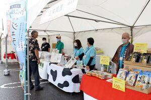 茶葉のパックやジェラートなどを販売した県内の事業者ら=唐津市のスーパーモリナガ唐津店駐車場