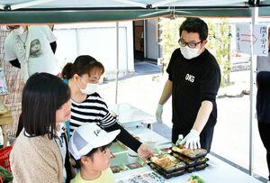 各店舗が作った弁当や、道の駅に出せなくなった野菜などを協力して販売する飲食店のスタッフら=佐賀市兵庫北の「旬彩響宴おかぎ」
