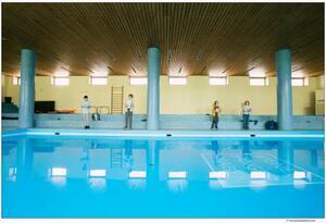 新型コロナウイルス対策で、距離を取れるプールで練習するウィーン少年合唱団の団員たち=ウィーン(合唱団提供・共同)