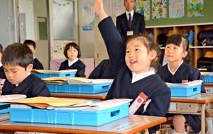 教室で先生に名前を呼ばれ、元気よく返事をする新1年生=神埼市千代田町の千代田中部小