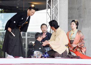 山口知事とおもてなし隊らによる寸劇で展覧会が幕を開けた=佐賀市城内の県立博物館