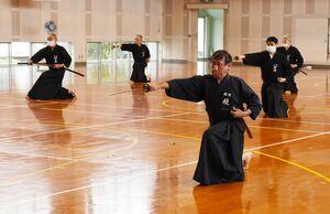 合同稽古会で、形の演武をする参加者=佐賀市の諸富北小体育館