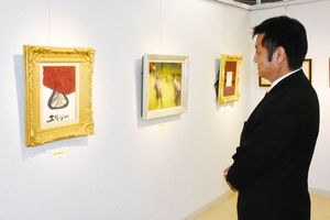 三岸節子の水彩画「花」(左)など約200点が並ぶ「大絵画展」=佐賀市の佐賀玉屋