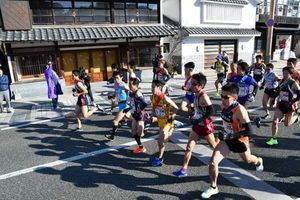 一斉にスタートする20チームのランナー=有田町東出張所前(2019年1月27日午前10時)