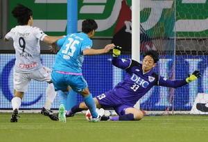 鳥栖-札幌 後半、相手のシュートを体を張って防ぐ鳥栖GK権田選手(右)=鳥栖市のベストアメニティスタジアム