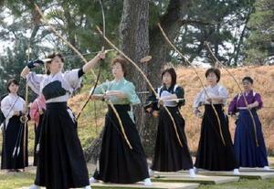 着物姿で競技に臨んだ弓道遠的競技大会=佐賀市の佐賀城本丸歴史館南中庭
