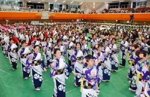 有田町民約700人が輪になって踊った総踊り。有田焼創業400年と新町誕生10周年を祝った=西松浦郡有田町の文化体育館