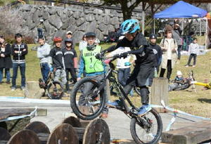 大会には5歳から50代まで幅広い世代の選手が参加。子どもたちも自転車を巧みに操り、障害物を乗り越えていった=唐津市七山の鳴神公園