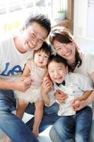 津山和久さん、朱里ちゃん(3歳)、大君(6歳)、梨恵さん(左から)=山口県下関市
