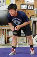 多彩な技を持つ鳥栖工レスリング部の小柴伊織=鳥栖市の同校レスリング場