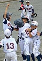 チームメートの祝福を受ける勧興少年の田中楓真選手(中央)=基山総合運動公園グラウンド