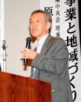 講演会で「地域ならではの互助をいかに進めるかが重要」と訴える原さん=佐賀市兵庫町のメートプラザ佐賀