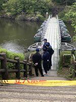 水難事故現場付近で現場検証する警察関係者ら=4日午後3時半ごろ、多久市中央公園