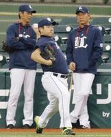 辻監督(右)が見守る中、キャッチボールする西武・菊池=メットライフドーム