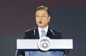 「光復節」の式典で、演説する韓国の文在寅大統領=15日、ソウル(聯合=共同)