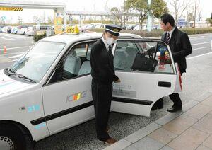 佐賀空港と各地域を結ぶ乗り合い制のリムジンタクシー=2017年、佐賀市川副町の佐賀空港