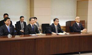 山口祥義知事と面談した九州電力の池辺和弘社長(右2人目)ら=佐賀県庁