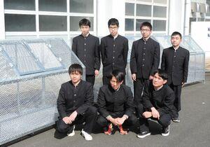 ごみステーションを作製し、寄贈した唐津工業高の生徒たち=唐津市石志の同校