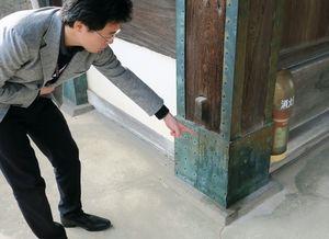 油のような液体がかけられた佐賀城跡「鯱の門」の柱=30日午前、佐賀市