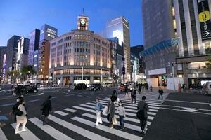 人通りの少ない東京・銀座4丁目の交差点=7日午後6時23分