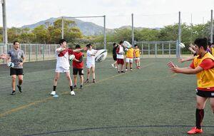 パスの練習をする早稲田佐賀高校ラグビー部の部員たち=唐津市の松浦河畔公園サッカー・ラグビー場