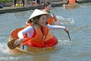 水しぶきを上げてハンギーを前進させる選手=神埼市千代田町の城原川
