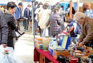九州内外から46店舗が軒を連ね、来場客でにぎわう会場=佐賀市松原の佐嘉神社