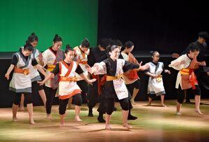 舞台上で精いっぱい自分らしさを表現する出演者=基山町民会館
