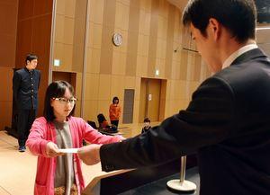「ネットの安全・安心けいはつコンクール」で県知事賞に選ばれ、表彰を受ける大良小6年の堀田紗那さん=小城市のゆめぱれっと小城