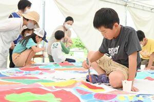 思い思いの絵を描く子どもたち=神埼市郡の吉野ケ里歴史公園