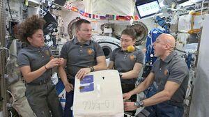 国際宇宙ステーションに届けられた太良町産のハウスミカンを食べる宇宙飛行士(JAXA/NASA提供)