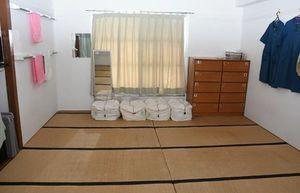 受刑者が暮らす広さ11畳ほどの共同室(6人部屋)=鳥栖市山浦町の麓刑務所