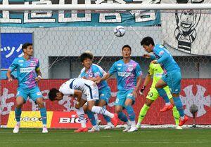 前節の徳島戦で、ゴール前で相手の攻撃を防ぐ鳥栖の選手たち=鳥栖市の駅前不動産スタジアム