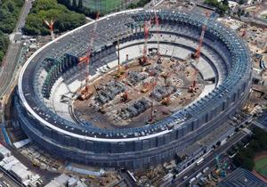 2020年東京五輪に向け、着々と工事が進む新国立競技場=20日、東京都新宿区(共同通信社ヘリから)