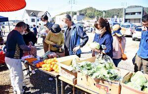みかんや野菜などの地元産品やさまざまな物産が並んだ「たけおGoGo市」=武雄市武雄町のまちなか広場