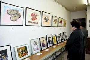 思い出の多い靴を描いた作品などが並ぶ絵画教室「彩」の作品展=武雄市武雄町の昭和グリーンヒルビル