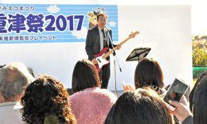 世界遺産登録の応援する際に歌っていた曲を披露するはなわさん=佐賀市の三重津海軍所跡