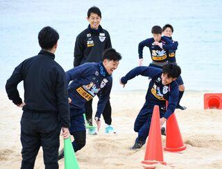 <GO!サガン>砂浜トレで足腰強化 沖縄キャンプ3日目