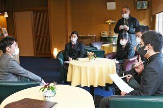 <さが未来発見塾>嬉野高生SNS活用学ぶ 旅館経営者らに工夫や効果取材
