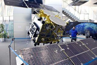 「はやぶさ2」の軌跡間近に 県立宇宙科学館で実物大レプリカ展示