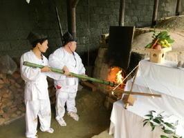 松江城(島根県)に贈る献上品をつくるため登り窯に火を入れる窯元の若手=伊万里市大川内町