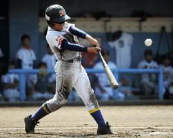 2回戦・中央区少年-六角紅梅少年 六角紅梅少年4回裏1死、5番渕上颯太が本塁打を放ち、3-1とする=佐賀ブルースタジアム