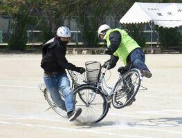 スタントマン事故を再現した交通安全教室=佐賀市の城北中