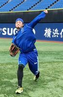 調整するDeNA・石田=横浜スタジアム(球団提供)