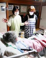 筋萎縮性側索硬化症(ALS)の患者宅を訪問し介護する、富永ひろみさん(右)と妹の滝田智恵さん=13日、福島県須賀川市
