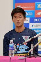 新主将としての抱負を語る福田晃斗選手=鳥栖市北部グラウンドのクラブハウス