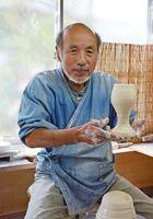 熟練の技能でさまざまな作品に取り組む大串惣次郎さん=西松浦郡有田町の惣次郎窯